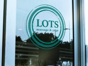 Lots Massage & Yoga – Logo en visitekaartje