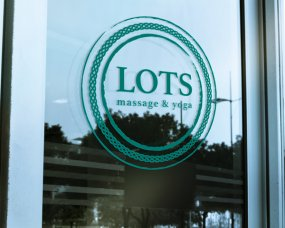 Lots Massage & Yoga – Logo en visitekaartje